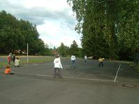 Kinder spielen Völkerball (Feld im Kinderdorf Wegscheide)