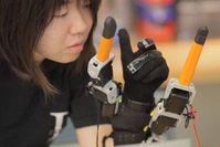 Klobige Robo-Greifer: sind dennoch im Alltag hilfreich. Bild: Melanie Gonick