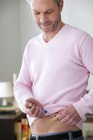 """Ein Mann injiziert sich Insulin zur Behandlung von Diabetes. Bild: """"obs/BPI Bundesverband der Pharmazeutischen Industrie/Quelle: Shutterstock / Image Poi"""""""