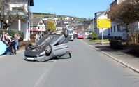 Der beschädigte Pkw. Bild: Polizei Olpe