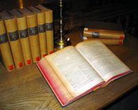 Mehrbändiges Wörterbuch (Symbolbild)