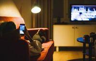 TV und Handy: Mediales Multitasking ist weit verbreitet.