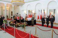 Die Särge der Kaczyńskis in der Kapelle des Präsidentenpalastes
