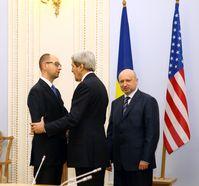 US-Außenminister Kerry mit dem ukrainischen Ministerpräsidenten Jazenjuk (links) und Parlamentspräsident / Übergangspräsident Turtschynow (rechts) in Kiew