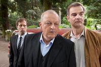 Manni (Heinrich Schafmeister, re.), Wilsberg (Leonard Lansink, Mi.) und Ekki (Oliver Korittke) beschatten einen Verdächtigen während einer Beerdigung. Bild: ZDF und Thomas Kost