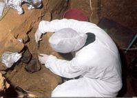 Auch in der Höhle El Sidrón in Spanien haben Forscher DNA-Spuren im Boden gefunden. Sie tragen während der Ausgrabungen Schutzkleidung, um ihre Funde nicht mit eigener DNA zu verunreinigen. Quelle: El Sidrón Forschungsteam (idw)