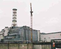 """Der havarierte Reaktor mit """"Sarkophag"""" im April 2003"""