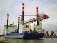 Victoria Mathias steht auf ihren Beinen im Hafen Bremerhaven (Juni2012)