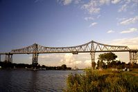 Rendsburger Hochbrücke: Hielt fast 100 Jahre ohne Sanierung. Die Sanierung war mit ganz wenig Aufwand machbar. Bettonbrücken hingegen sind teuer, umständlich, kurzlebig und enorm teuer.