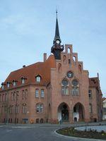 Rathaus, mittig das Wappen von Nauen