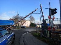 Die Bahnschranke nach dem Verkehrsunfall