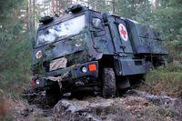 Die Fahrzeugbesatzung muss ihr System beherrschen, um ihren Auftrag, Verwundetentransport von der Truppe zur Sanitätseinrichtung, ausführen zu können.  Bild: Bundeswehr Fotograf: Kieron Kleinert