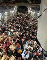 823 Menschen an Bord einer überfüllten Boeing C-17 der US Air Force in Kabul, 15. August[24]