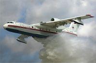 Eine Berijew Be-200 im Einsatz als Löschflugzeug (Symbolbild)