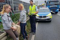 Johanna (l.) und Vera Thuß haben das Schaf aus dem Verkehr gezogen