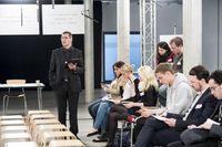 Workshop-Leiter Jürgen Schlicher gibt den Braunäugigen vorab die Antworten eines Tests.