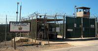 Guantanamo: Eingang zum Camp Delta wo entrechtete Menschen unbegrenzt inhaftiert werden. Vorbild für die Bundesrepublik Deutschland?