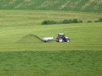 Ausfuhr von Gülle auf einem Feld (Symbolbild)