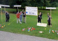 """Protest von """"Reichsbürgern"""", die sich auf Artikel 146 des Grundgesetzes berufen (vor dem Reichstagsgebäude in Berlin 2013)"""