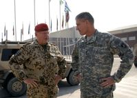 General Egon Ramms mit dem US-Generalleutnant David M. Rodriguez auf dem Kabul International Airport in Afghanistan (Oktober 2009)