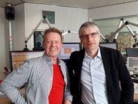 """""""FRAGEN WIR DOCH!""""-Moderator Helmer Litzke mit GRÜNEN-Politiker Sven Giegold im RTL Radio-Studio in Berlin. Bild: """"obs/MAASS-GENAU - Das Medienbüro/Helmer Litzke, RTL Radio"""""""