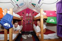 """Sind schon eingezogen: Paola (rechts) und Brisbane in einer der Hütten der weltweit ersten Pop-Up-Jugendherberge. Bild: """"obs/DJH - Deutsches Jugendherbergswerk/Jeschenko Medienagentur"""""""