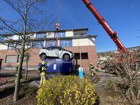 Verladen des Fahrzeugs in den Abrollcontainer Bild: Feuerwehr