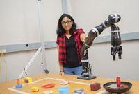 Lakshmi Nair bei Tests mit dem Roboter.