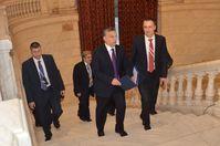 Péter Szijjártó (rechts) zusammen mit Regierungschef Viktor Orbán