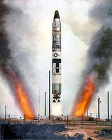 Titan-II-Start aus einem Silo der Vandenberg AFB: Zu erkennen sind die beiden Abgasstrahlen, welche durch das Umlenken der Abgase am Boden des Silos in zwei separate Schächte entstehen.