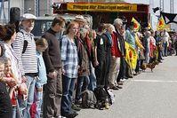 """Die Menschenkette """"KettenREaktion"""" der Initiative .ausgestrahlt am AKW in Krümmel. Bild: Andreas Conradt / PubliXviewinG"""