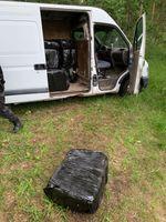 Transporter mit geöffneter Seitentür und Paketen Bild: Polizei