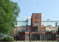 Ehemaliges Eingangsportal von Margarine-Voss. Im Hintergrund die Hauptverwaltung der Techniker Krankenkasse.