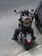 Ein Mitglied des New Yorker Charters mit Harley-Davidson-Motorrad