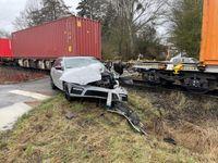 Vom Güterzug erfasster PKW; Bild: Bundespolizeiinspektion Kassel