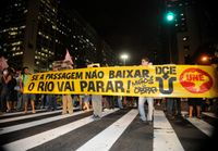 Brasilien: Demonstranten auf einer Straße von Rio de Janeiro.