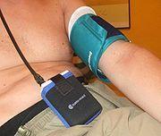 Langzeit-Blutdruckmessung am Oberarm unter Verwendung eines digitalen Messgerätes mit Klett-Manschette Bild: de.wikipedia.org