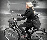 Radfahrerin: Je aufrechter, desto besser für das Becken. Bild: Flickr/Foot