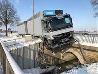 Der Sattelzug wurde durch das Brückengeländer gestoppt. Foto: Polizei Minden-Lübbecke