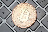 Bitcoin auf Tastatur: Währung mit Rekordwert. Bikd: Tim Reckmann, pixelio.de