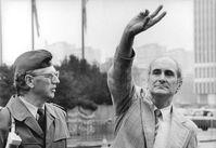 Heinrich Fink (rechts) bei der Mahnwache vor dem Berliner Dom, 6.August 1990, Archivbild