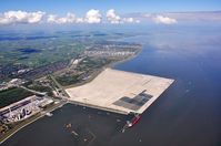 Die Baustelle des JadeWeserPorts aus der Luft im Mai 2011. Bild: JadeWeserPort Realisierungs GmbH & Co. KG / wikipedia.org