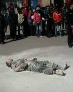 Selbstverbrennung aus Protest gegen die chinesische Besatzungsmacht und Pekings Unterdrückung in Tibet: Freitod des tibetischen Mönchs Phuntsog am 16. März 2011 in Ngaba. Bild: freetibet.org