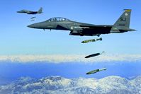 Zwei F-15E beim Abwurf von JDAM über Afghanistan 2009