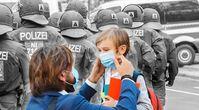 Bild: Symbolbild Polizei: Raimond Spekking, Wikimedia Commons, CC BY-SA 4.0; Symbolbild Vater/Sohn: Freepik / volurol; Collage: Wochenblick/ Eigenes Werk
