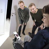 Behinderter Jugendlicher testet das neue Bediengerät. Bild: dtu.dk