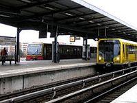 Berliner S- und U-Bahn treffen sich am Bahnhof Wuhletal. Bild: Standardizer / de.wikipedia.org