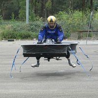 Prototyp: Chris Malloy erprobt seine Erfindung. Bild: hover-bike.com
