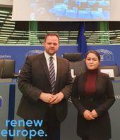 """Engin Eroglu mit Jewher Ilham, Tochter von Ilham Tohti.  Bild: """"obs/Engin Eroglu MdEP (Renew Europe Fraktion)"""""""
