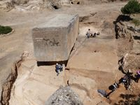 Neu entdeckter Steinblock im Steinbruch von Baalbek Quelle: DAI Orient-Abteilung (idw)